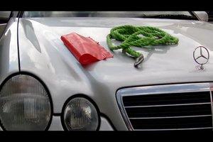 Auto abschleppen mit Seil und Warnblinkern - so geht's