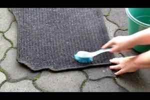 Auto-Fußmatten reinigen - so geht's