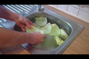 Wie wäscht man einen Eisbergsalat ab? - So geht's sorgfältig