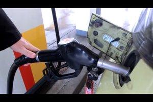 Beim Tanken den Zapfhahn einrasten lassen - so funktioniert es