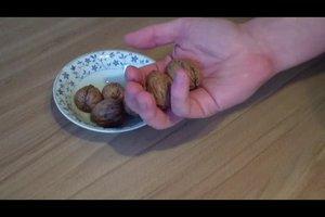 Nüsse knacken - so gelingt es ohne Nussknacker