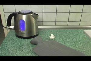 In die Wärmflasche kochendes Wasser geben? - Tipps, wie Sie sie besser befüllen sollten