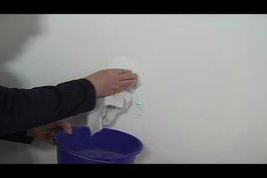 Kaffeeflecken an der weißen Wand entfernen – so geht's