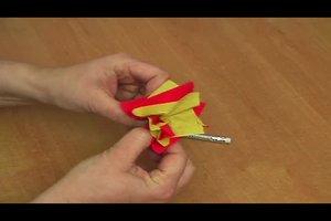 Krepprosen basteln - so geht's mit Papier und Draht
