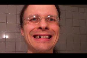 Wie einen schwarzen Zahn für Karneval machen? - So perfektionieren Sie Ihr Hexenkostüm
