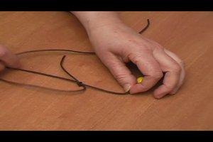 Lederband knoten - Anleitung für eine Halskette aus Leder
