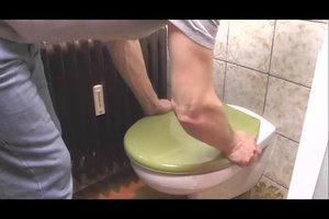 Einen Toilettendeckel montieren - so funktioniert's