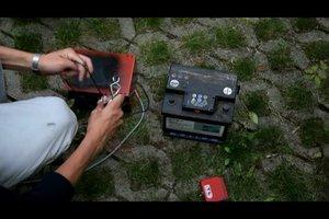 Autobatterie mit einem Ladegerät aufladen - so geht´s
