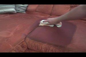 Polsterreiniger fürs Sofa richtig verwenden - so klappt's