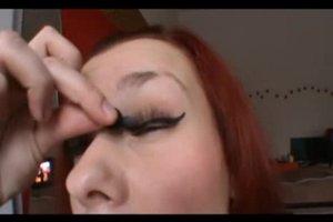 Falsche Wimpern mit Mascara schminken - so machen Sie es richtig