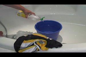 Schweißgeruch in Kleidung trotz waschen - so entfernen Sie ihn