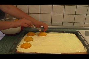 Schneller Blechkuchen - ein Rezept für den Spiegeleikuchen