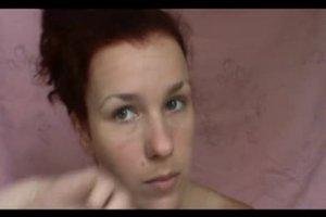 Pigmentflecken im Gesicht überschminken - so wirkt's natürlich