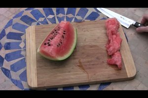 Wassermelone ohne Kerne schneiden