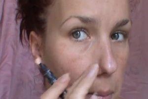 Die Nase schmaler schminken - so geht's