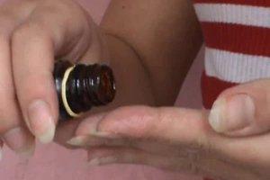 Mit Rizinusöl die Wimpern pflegen - so geht's