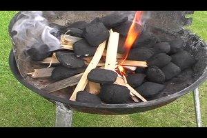 Kohlebriketts richtig anzünden - so bringen Sie den Grill auf Betriebstemperatur