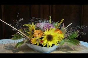 Sommerdekoration basteln - so machen Sie ein Gesteck aus Sonnenblumen