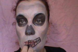 Halloween-Gesichter schminken - Anleitung für einen Totenkopf