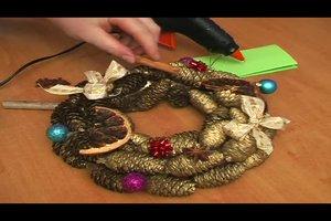 Basteln mit Tannenzapfen zu Weihnachten - Anleitung für ein festliches Gesteck