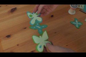 Gemalte Schmetterlinge ausschneiden und ein Mobile basteln - so geht's