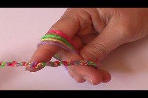 Armbänder knüpfen - so fertigen Sie gemusterte Freundschaftsbänder