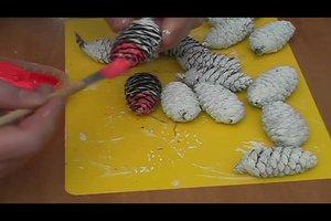 Weihnachtsbaumschmuck selber machen - so geht's mit Tannenzapfen