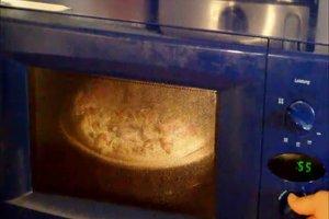 Pizza in der Mikrowelle zubereiten - so funktioniert's