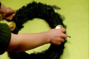 Adventskranz selbst machen - so bindet man aus Tannengrün einen Kranz