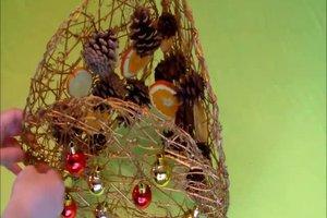 Fensterdeko zu Weihnachten basteln - so geht's mit Tannenzapfen