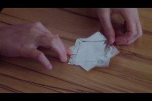 Origami-Weihnachtssterne basteln - so gelingt's mit Alufolie
