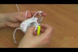 Babyschuhe selber häkeln - Häkelanleitung für Schuhe mit Blüten