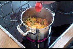 Zubereitung von Erbsen und Möhren