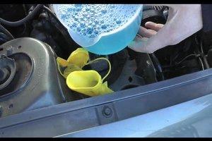 Frostschutzmittel beim Auto nachfüllen - so geht's