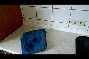 Öl aus der Kleidung entfernen - so geht's mit Hausmitteln