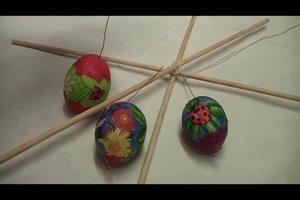 Ostereier gestalten für Kinder - so basteln Sie ein Ostermobile