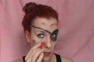 Piratenfrau schminken - Anleitung