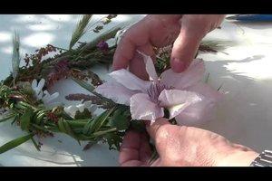 Einen Blumenkranz fürs Haar flechten