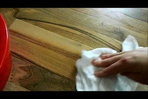 Ölfleck auf Holzboden entfernen - so geht's