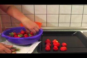 Frische Erdbeeren einfrieren - so geht's
