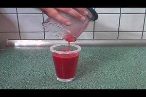 Einen Erdbeer-Daiquiri alkoholfrei mixen