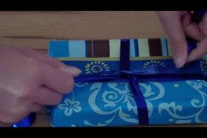 Schleife binden mit Geschenkband - Anleitung