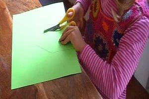 Papier schneiden - so üben Sie mit kleinen Kindern