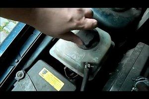 Wie fülle ich bei meinem Auto die Kühlflüssigkeit nach?