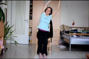 Seniorengymnastik - zwei Übungen im Sitzen