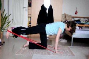 Rückenübungen mit Theraband - drei Übungen
