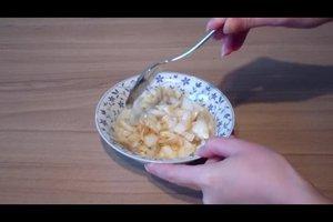 Zwiebeln gegen Halsschmerzen bei Erkältung - Rezept für einen Zwiebelsirup