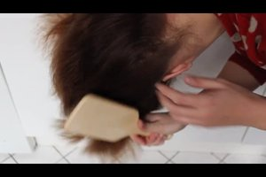 Haarspray entfernen aus Haaren - so geht's