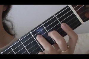 Die schönsten Weihnachtslieder auf der Gitarre begleiten - so geht's mit den Grundakkorden