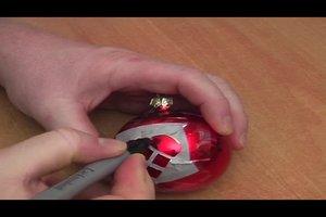 Mit Silber-Lackstift Weihnachtskugeln bemalen - Anregungen